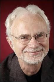 Ce compositeur et chef d'orchestre américain de musique contemporaine, au départ fortement inspiré par la musique minimaliste, c'est ...