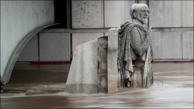 Quel est le nom de cette statue du pont de l'Alma, qui a, selon la tradition, les pieds dans l'eau lorsque la Seine est en crue ?