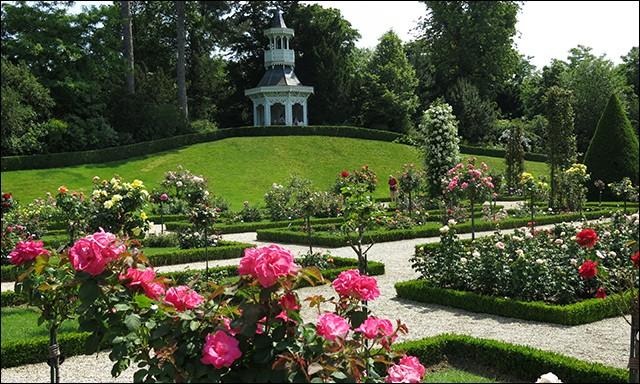 Quel est ce parc parisien où l'on trouve plus de 10 000 rosiers ?