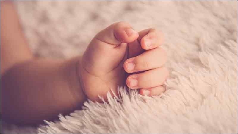 Quel est le nom du doigt situé au milieu de la main de l'homme ?