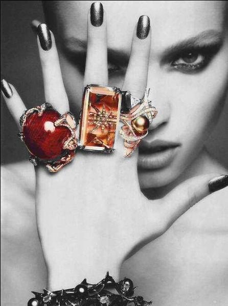 Dans quelle main, la voyante pourra-elle vous prédire l'avenir, grâce à vos lignes de vie, de tête, d'amour... ?