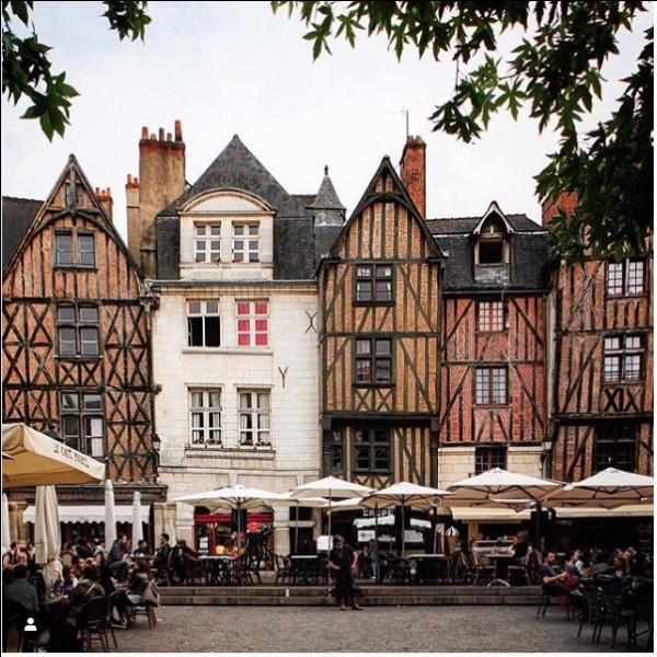 Dans quelle ville la place Plumereau se situe-t-elle ?