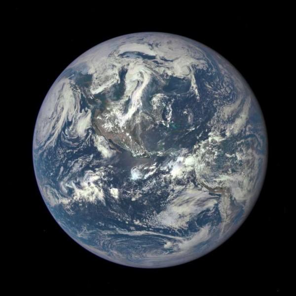 Combien de fois la lumière peut-elle faire le tour de la Terre en une seconde ?