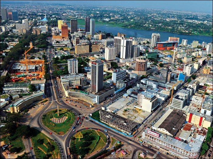 Quelle ville a été la capitale de son pays jusqu'en 1983 ?
