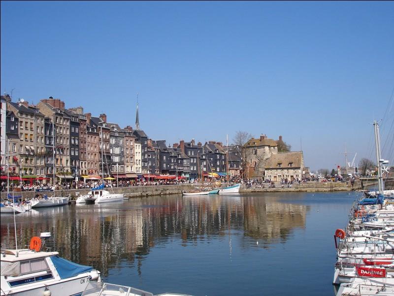 Quelle ville normande est située sur la rive sud de l'estuaire de la Seine ?
