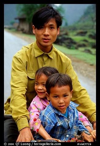 Le Nord-Est du pays, où réside ce trio, est peu fréquenté car difficile d'accès. L'infrastructure hôtelière est du niveau de la fréquentation mais, les gens y sont chaleureux et accueillants : on s'empresse de vous dire « hellos » avec joie.Quel est cette province où le vélo est un mode de transport utilisé par les plus pauvres et sécuritaire pour les étrangers qui veulent visiter en roulant ?