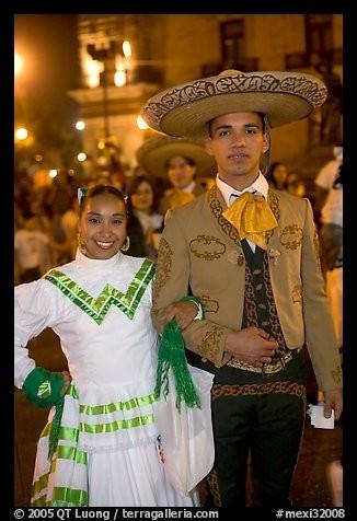 Ce jeune couple, en habits traditionnels, vient de la 2e ville la plus peuplée du pays. Important centre culturel, considéré comme le foyer de la musique mariachi, la ville a conservé nombre des traditions rurales de la région.Nommez cette ville où la musique est devenue un symbole de l'ouest du pays, offrant des Festivals avec + de 750 musiciens mariachis jouant des mélodies traditionnelles ?