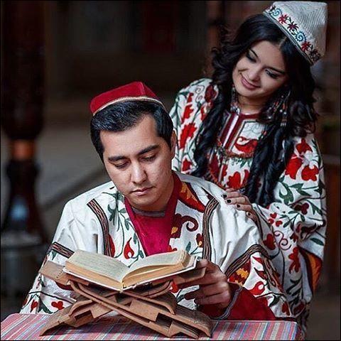 Cette ancienne république soviétique, compte 90 % de musulmans et 9 % de chrétiens, en majorité des Russes orthodoxes : pour ce qui est de leur pratique, après 70 ans de communisme, elle a un peu fléchi. Leurs traditions sont héritières de la route de la Soie, leur patrimoine est immense.Ce couple appartient à quel groupe, pour lequel la couleur rouge, symbolisant la fertilité, est prisée ?