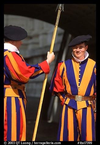 Photo : QT Luong. On y voit des gardes suisses pontificaux en uniformes traditionnels colorés. Le siècle dernier a introduit le simple béret et dorénavant, on porte à la gorge un collet blanc uni.Où porte-t-on cet uniforme dont les couleurs sont ce qui le rend si attrayant, soit le bleu, le rouge et le jaune traditionnel Médicis, mis en valeur par le blanc ?