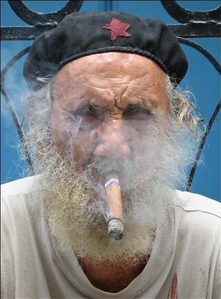 Image typique de ce pays où les cigares sont considérés comme les meilleurs du monde. Qualité incontestable (mal de tête aussi), ils sont l'équivalent tabac de passer du cognac VS au XO.Vous reconnaissez sans doute, à travers sa fumée, avec un tel accoutrement, de quel pays provient ce fumeur de cigares ?