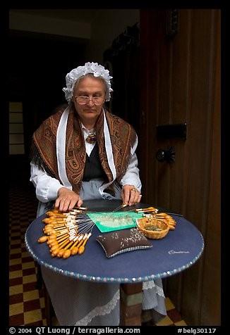 En Flandre, la fabrication de la dentelle n'est pas uniquement un artisanat, mais surtout une partie authentique du patrimoine culturel. Au début du 20e siècle, il y avait 47 000 dentellières au pays : 70% d'entre elles travaillaient dans la plus grande ville de la province de Flandre. Où est le Centre de la dentelle (Kantcentrum) et le Musée du folklore, là où on dentèle encore à la main ?