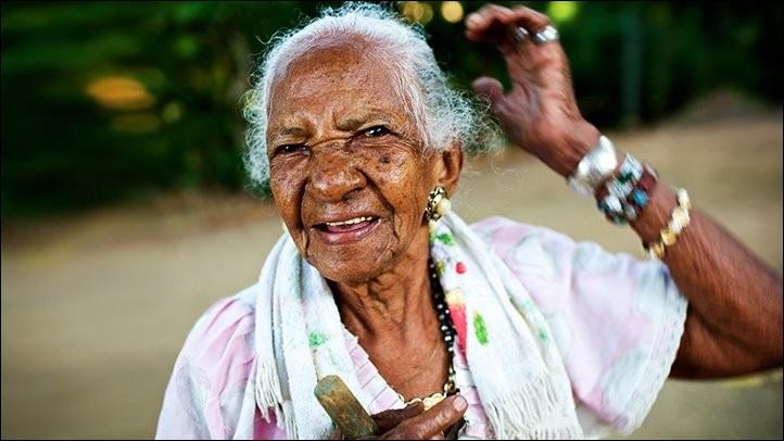 Dans cette péninsule qui abrite 45 centenaires, tout le monde se lève très tôt le matin. Les pauvres paysans sont peu équipés et ils travaillent à la main : ayant peu de retraite, ils vont aux champs encore très âgés. Pour eux, le travail entretient la santé : un travail difficile, un plan de vie et un peu de maïs et cela prolonge leur vieD'où vient cette dame de 101 ans qui vit à Guanacaste ?