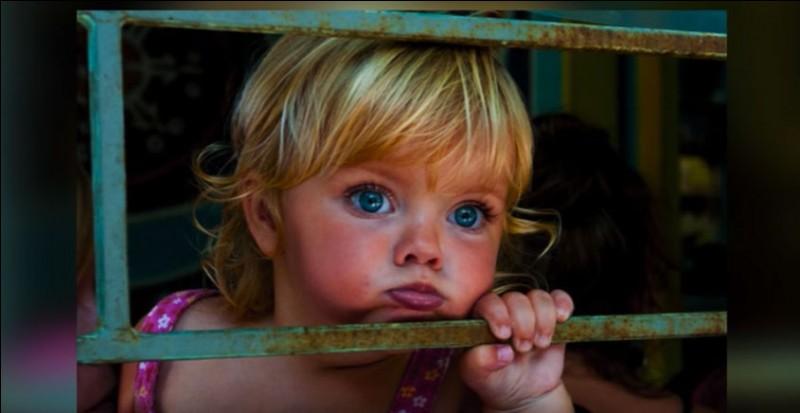 Elle vient d'un endroit avec toute une identité : c'est un mode de vie alternatif dans un milieu verdoyant. Paradis de la Contre-Culture, le village offre une ''Main'' avec plein de boutiques alternatives, bios ou simplement, étranges. Le photographe ne sait même plus son nom : ''Elle a de grands yeux (...) des cercles parfaits. On pourrait appeler ses yeux, les yeux Océan.''D'où vient-elle ?
