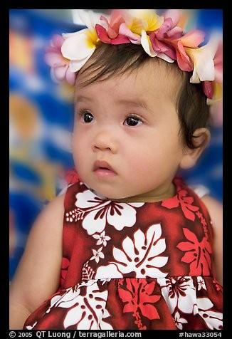 Q.T.Luong vient du domaine scientifique (Doct. U. de Paris). Son approche est participative : ''Je me suis d'abord intéressé à la photographie pour communiquer aux gens qui n'étaient pas là les merveilles.'' Il a saisi l'image de cette petite fille en robe hawaïenne portant un lei. Le lei est un symbole pour souhaiter la bienvenue à quelqu'un, un geste d'affection.D'où vient cet adorable enfant ?