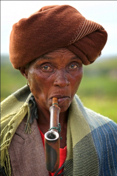 Elle fait partie d'un peuple originaire de la région des Grands Lacs, qui a été chassé vers le sud. Au XXe siècle, avec l'apartheid, on leur a créé 2 bantoustans. Ils ont été réintégrés dans la nouvelle province du Cap-Oriental en 1994.Quel est son peuple, de pratique majoritairement chrétienne avec, un peu de religion traditionnelle, dont sont issus Nelson Mandela et l'archevêque Desmond Tutu ?
