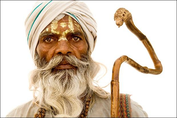 La photo est de Brian Hodges, le portrait d'un saint hindou. Cet homme à la longue barbe, au visage peint et en tenue traditionnelle, nous transmet un peu de sa vie par le regard. Je trouve que l'oeuvre de Hodges offre des rencontres.Où vont ces hommes barbus que l'on retrouve dans ''Holy Men'' qui regroupe des portraits de sadhus, hommes saints en route vers ce grand lieu de l'hindouisme ?