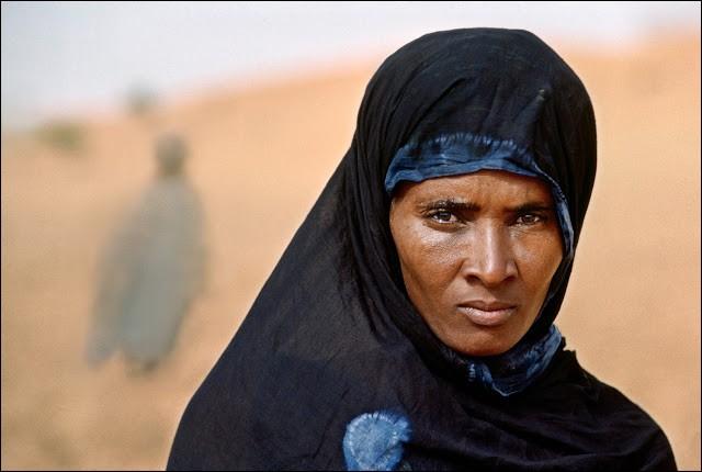 """Steve Mc Curry a photographié pour la 2e fois Sharbat Gula (2002), 17 ans après la photo qui a rendu ses yeux mondialement célèbres (1985),soit """"l'Afghane aux yeux verts"""". La jeune réfugiée de l'invasion soviétique avait alors fait ses débuts sur la couverture du National Geographic.Elle n'avait jamais été photographiée. D'où vient cette berbère pachtoune, la plus belliqueuse des tribus ?"""