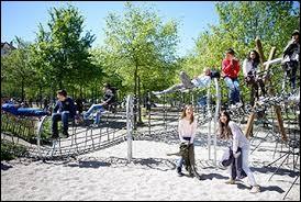 Tu passes devant une place de jeux avec des petits enfants qui jouent, un enfant te rentre dedans...