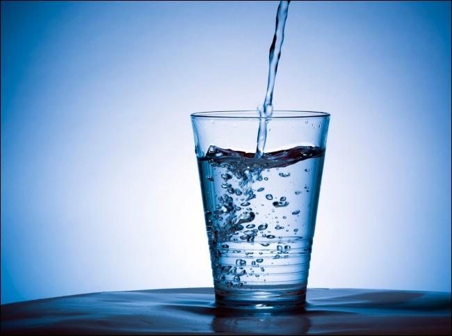 Sur cette photo, on peut voir un verre d'eau.