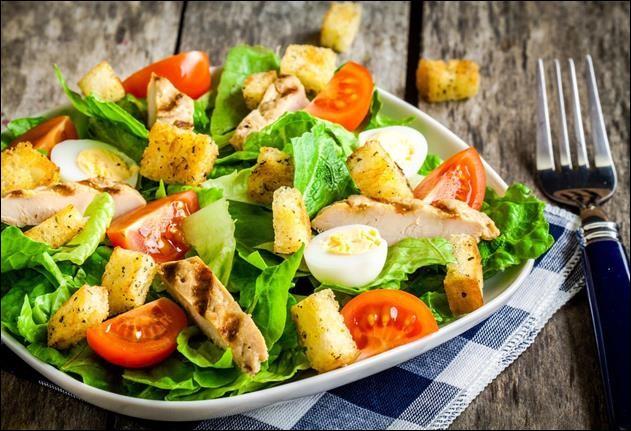 Sur cette photo, on peut voir une salade César.