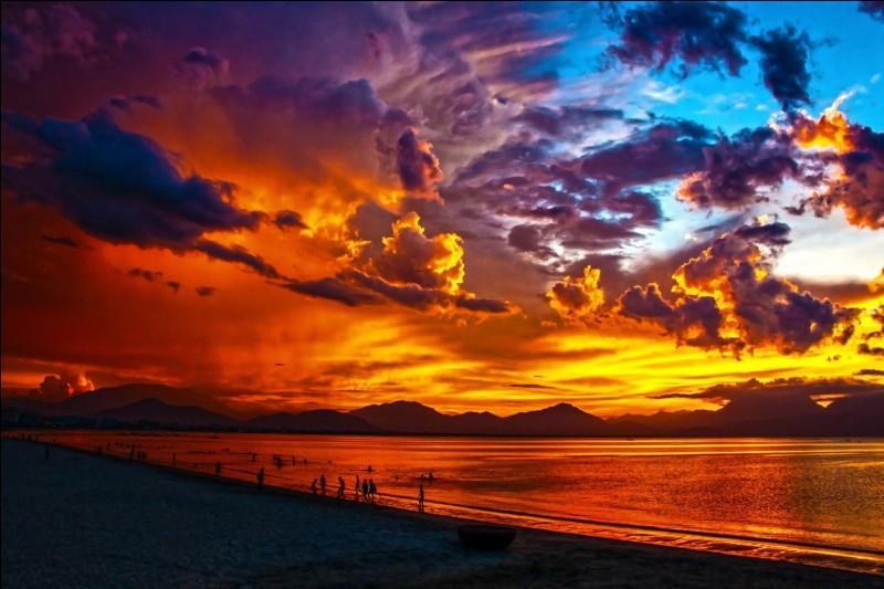 Sur cette photo, on peut voir un lever du soleil. Analysez bien la photo.