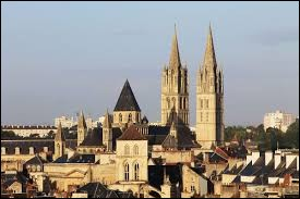 """Quelle ville est surnommée la """"Ville aux cent clochers"""" ?"""