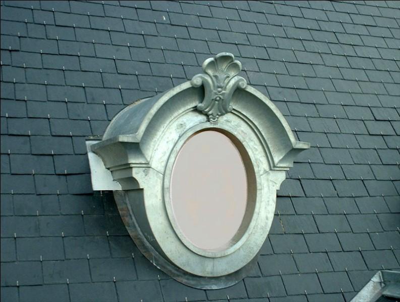 Comment appelle-t-on une lucarne à fenêtre ronde ou ovale ?