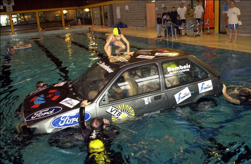 Est-il bon pour une voiture de nettoyer le moteur avec de l'eau ?