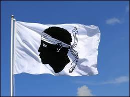 Le drapeau sur l'image est celui de la Corse.