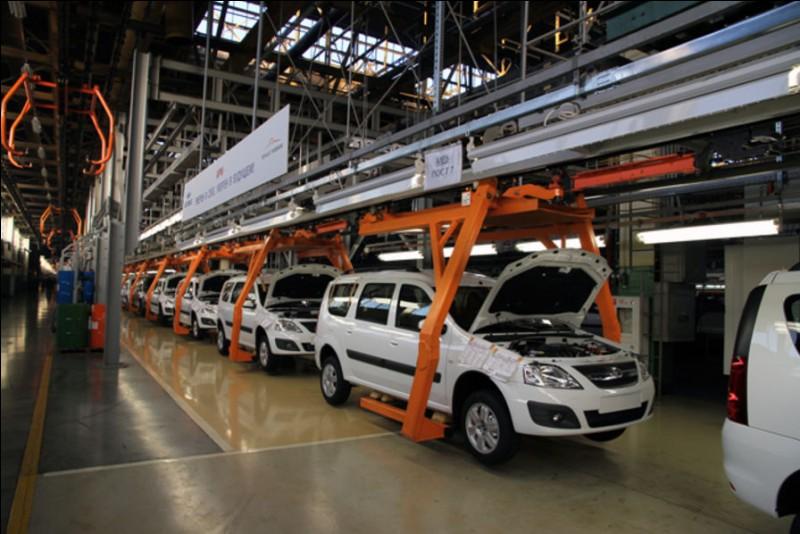 Quelle a été la première voiture construite en usine à la chaîne ?