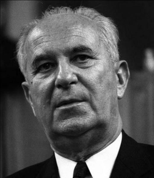 Cet homme politique, socialiste, plusieurs fois ministre en 1950, en 1956 puis en 1981, candidat malheureux à l'élection présidentielle de 1969, c'est ...