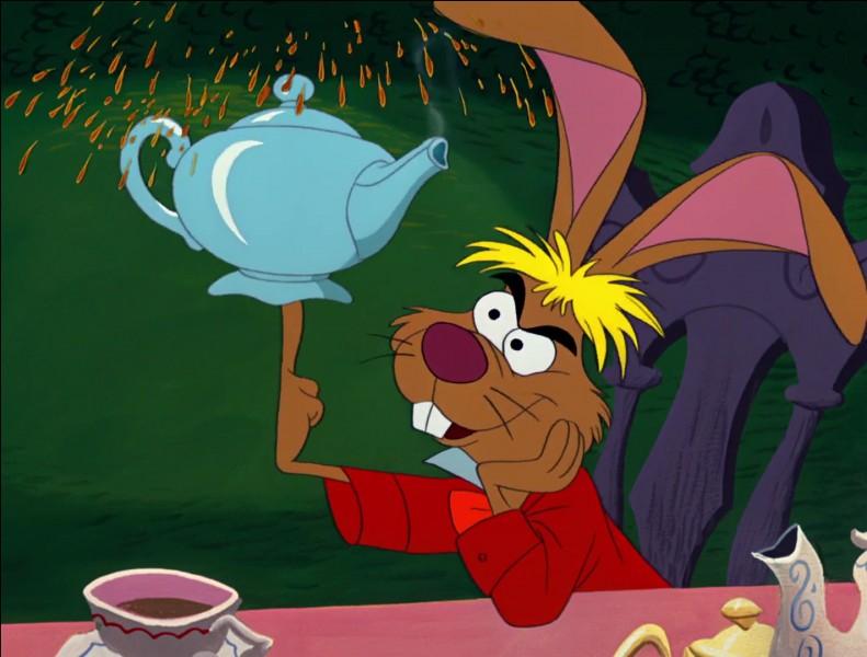 Le Lièvre de Mars propose à plusieurs reprises une tasse de thé à Alice. Mais que se passe-t-il ensuite ?