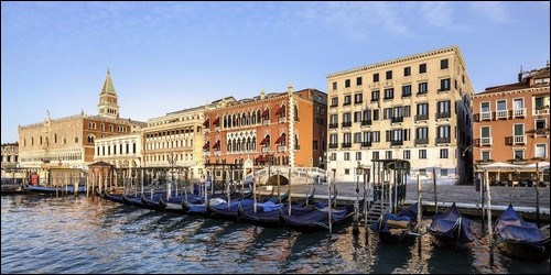 Quel hôtel luxueux se situe à Venise, en Italieà l'angle du Rio del Vin non loin de la place Saint-Marc et du Palais des Doges ?