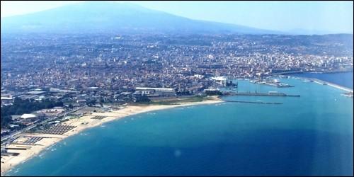La ville de Catane, en Sicile, donne sur la mer :