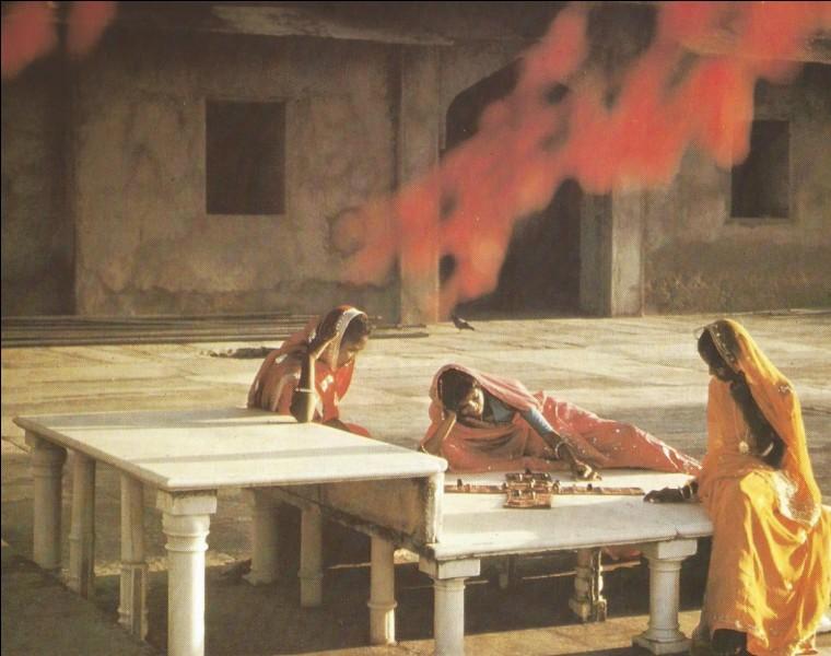 """Le jeu indien signifiant """"vingt-cinq"""" et se jouant avec des coquilles de cauris a pour nom..."""