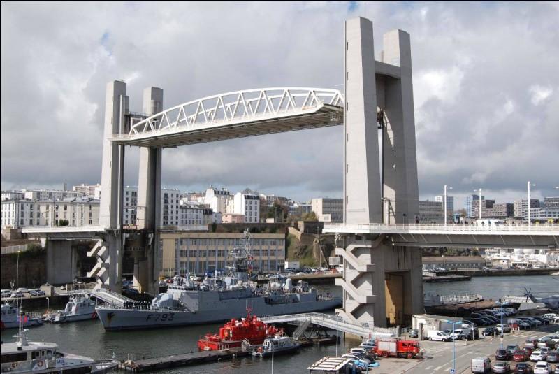 Le Pont de Recouvrance est situé à :