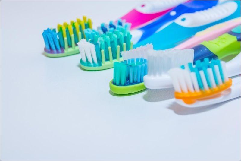 Combien y a-t-il de brosses à dents sur cette image ?