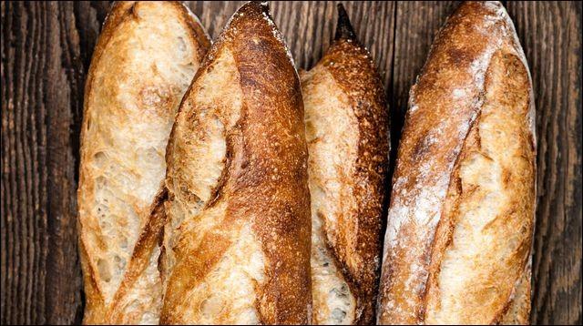 Combien y a-t-il de baguettes de pain sur cette image ?