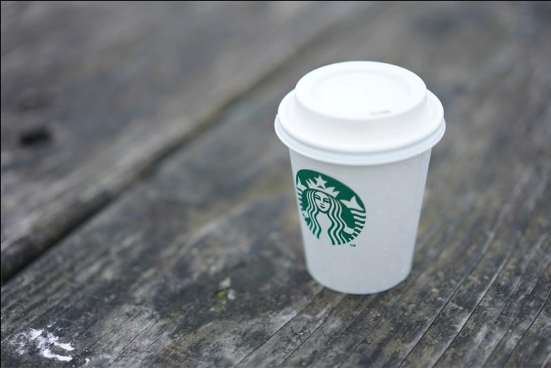 """Combien y a-t-il de gobelets """"Starbucks Coffee"""" sur cette image ?"""