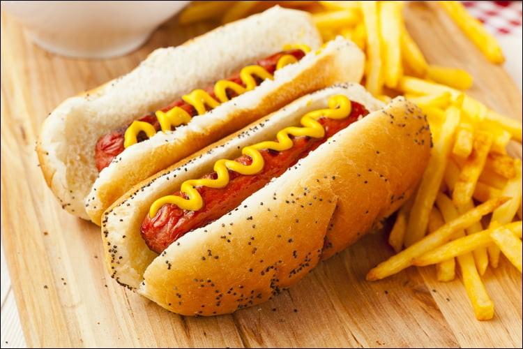 Combien y a-t-il de hot-dogs sur cette image y compris les frites ?