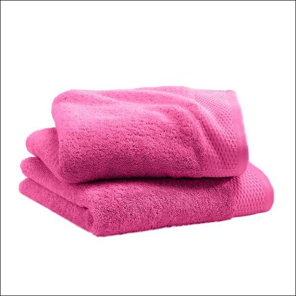 Combien y a-t-il de serviette roses sur cette image ?