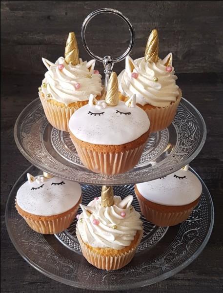 Combien y a-t-il de cupcakes licornes sur cette image ?