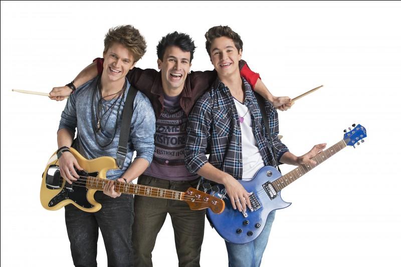 Simon forme un groupe avec Nico et Pedro, comment s'appelle leur groupe ?