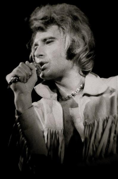 """""""...Je n'ai pas eu de père Pour me faire rentrer le soir Et bien, souvent ma mère Travaillait pendant la nuit Je jouais de la guitare Assis sur le trottoir Le coeur comme une pierre Je commençais ma vie..."""" : quel est le titre de cette chanson de Johnny Hallyday ?"""