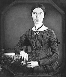 Près de 2 000 poèmes ont été retrouvés après son décès. [...] (n')auront été publiés de son vivant, bien qu'elle soit reconnue aujourd'hui comme une poétesse majeure de son pays. Lequel ?