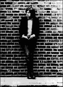 Prénommé Nick, ce musicien mort à 26 ans en 1974 et portant le nom d'un célèbre marin, a été reconnu mondialement de manière posthume par à une publicité automobile en 1999 . Quelle marque et quel marin ?