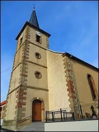 Nous sommes dans le Grand-Est devant l'église Saint-Sévère de Gosselming. Village de l'ancienne région Lorraine, il se situe dans le département ...
