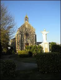 Nous sommes à présent devant la chapelle Saint-Joseph de Méral. Commune des Pays-de-la-Loire, elle se situe dans le département ...