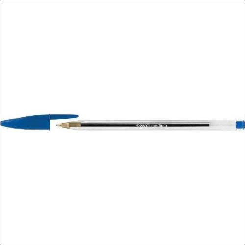 Combien y a-t-il de stylos bleus sur cette image ?