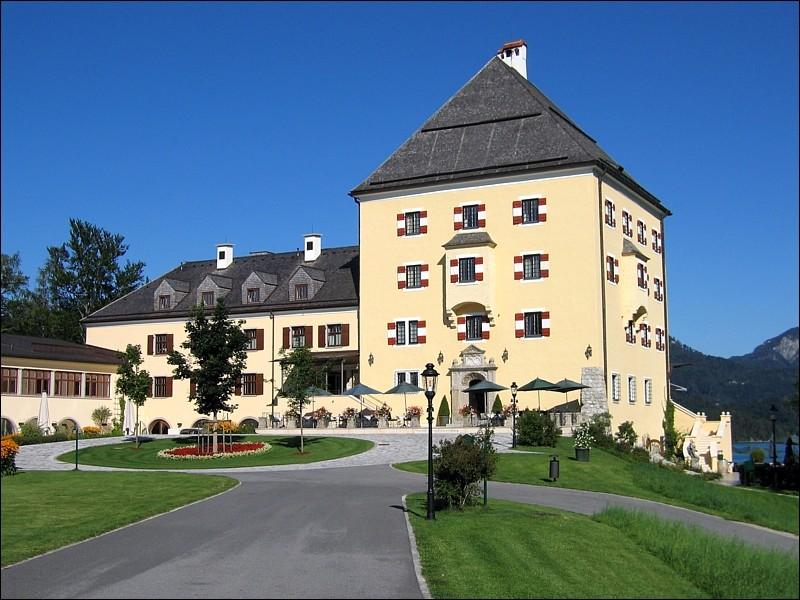 Quel lac borde le château du duc Max de Bavière et de la duchesse Ludovica ?